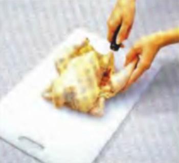 Курица грудкой вверх на доске