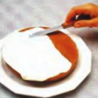 Шаг 1. Глазирование поверхности торта