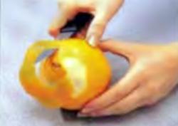 Апельсиновая розочка. Шаг 2. Снятие цедры с апельсина