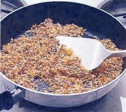 Как обжарить рис и лук
