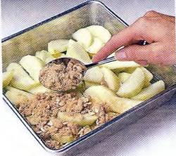 Как посыпать яблоки смесью из сахара
