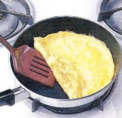 Как сложить омлет
