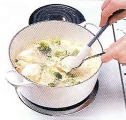 Как выложить клецки в куриную подливу