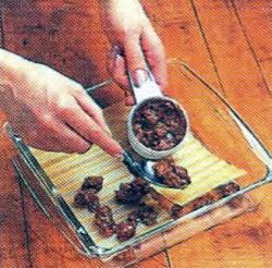 Как выложить мясо и лазанью слоями