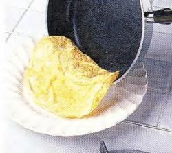 Как выложить омлет из сковороды