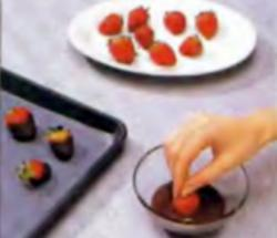 Клубника в шоколаде. Шаг 2. Погружение ягод в шоколад
