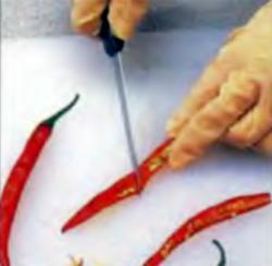 Красный острый соус: Извлечение семян из перца
