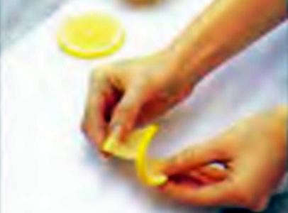 Придание ломтику лимона винтовой формы