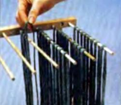 Развешивание пасты на решетке для лапши для просушки