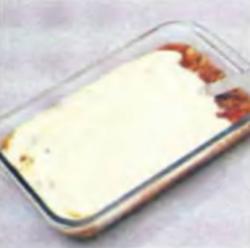 Шаг 10. Нанесение сырного соуса поверх мясного соуса