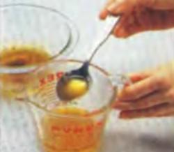 Шаг 10. Сливание 1/3 чашки жира из формы