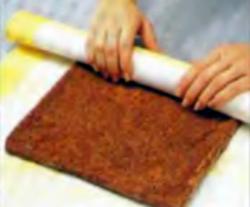Шаг 11. Скатывание торта