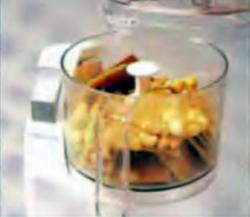 Шаг 1. Измельчение крекеров и орехов