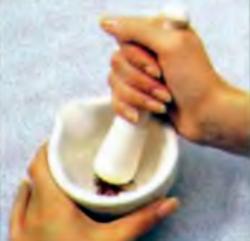 Шаг 1. Измельчение шафрана