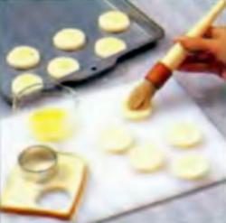 Шаг 1. Нанесение масла на поверхность хлеба