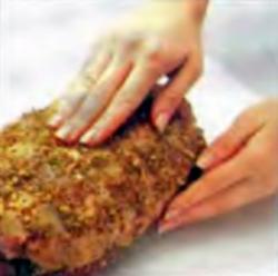 Шаг 1. Натирание мяса горчичной смесью