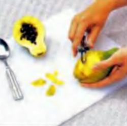 Шаг 1. Очистка кожицы с папайи