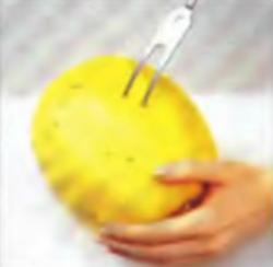 Шаг 1. Протыкание паровых отверстий в тыкве