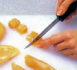 Шаг 1. Разрезание куриных грудок на кусочки