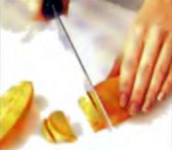 Шаг 1. Резка картофельных половинок на кусочки