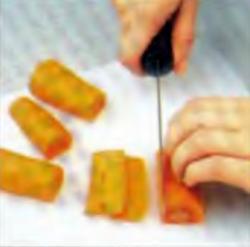 Шаг 1. Резка пятисантиметровых кусочков моркови на тонкие полоски