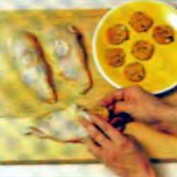 Шаг 1. Укладка масла чили под кожу курицы