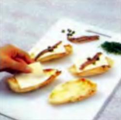 Шаг 1. Укладка сыра, каперсов и анчоусов на куски курицы