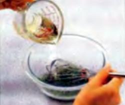 Шаг 1. Вливание растительного масла в смесь с лимонным соком