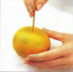 Шаг 1. Выполнение отверстий в апельсине