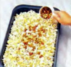 Шаг 2. Добавление орехов в кукурузные хлопья