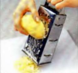 Шаг 2. Натирание картофеля