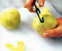 Шаг 2. Очистка кольраби овощным ножом