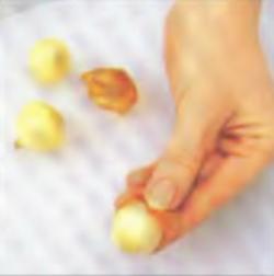 Шаг 2. Очистка лука от шелухи