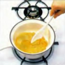 Шаг 2. Плавление ирисовых чипсов при помешивании
