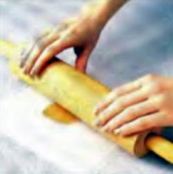 Шаг 2. Раскатывание карамели скаткой