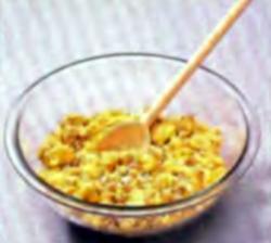Шаг 2. Смешивание овсяной крупы и семечек с сырной массой