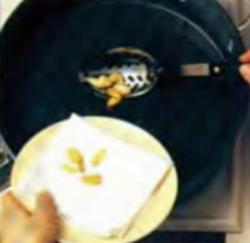 Шаг 2. Удаление чеснока со сковороды