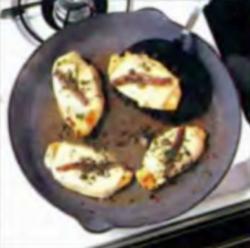 Шаг 2. Удаление курицы со сковороды