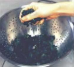 Шаг 2. Удаление лишней влаги из шпината