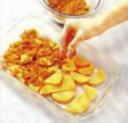 Шаг 2. Укладка сахарной смеси на картофель