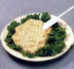 Шаг 2. Укладывание смеси на листья салата