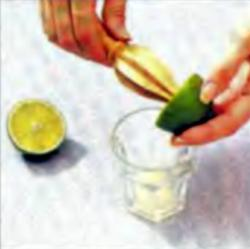 Шаг 2. Выдавливание сока из лимона