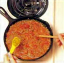 Шаг 3. Добавление цедры в томатную смесь