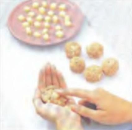 Шаг 3. Изготовление мясных шариков из сырных кубиков и мясной смеси