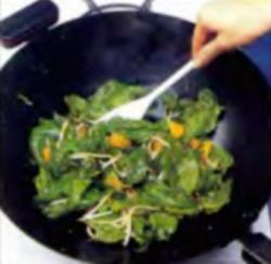 Шаг 3. Обжарка шпинатной смеси в жаровне