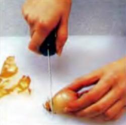 Шаг 3. Очистка шалота от шелухи