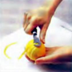 Шаг 3. Отделение цедры от лимона