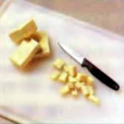 Шаг 3. Резка бобового творога кубиками