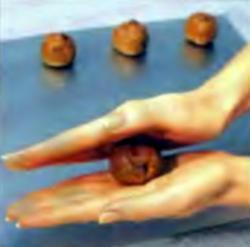 Шаг 3. Скатывание смеси в шарики диаметром 4 см