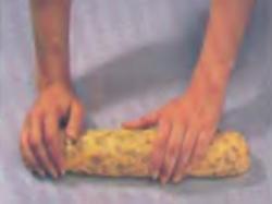 Шаг 3. Скатывание теста в тридцатисантиметровую колбаску